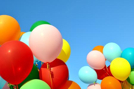 globos multicolores en el festival de la ciudad sobre fondo de cielo azul