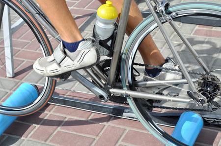 ciclos: ciclista ejercicio en una bicicleta con el aparato de formación especial al aire libre