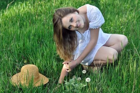 jeune fille adolescente: portrait d'une adolescente dans l'herbe verte dans la prairie Banque d'images
