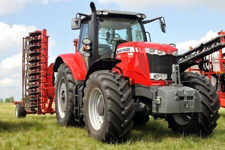 Czerkasy, Ukraina - 18 maja 2018: Nowoczesny model ciągnika MASSEY FERGUSON 7724 z nowoczesnym pługiem wystawiony na wystawie rolniczej AGROSHOW w Czerkasach na Ukrainie