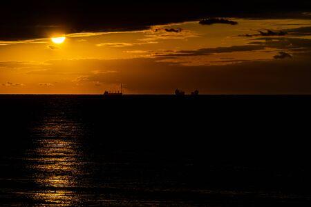 Schiffe am Horizont bei Sonnenuntergang im Schwarzen Meer.