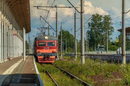 Russia. Saint-Petersburg. Suburban electric train arrives at the station Novy Peterhof. Standard-Bild