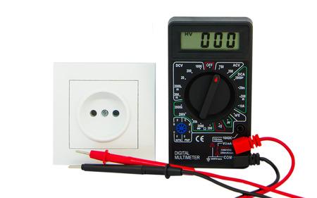 Multímetro digital aislado sobre fondo blanco. Cables rojos y negros.