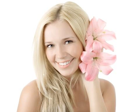 Joven y bella rubia mujer con sonrisa de flor de lirio aislado