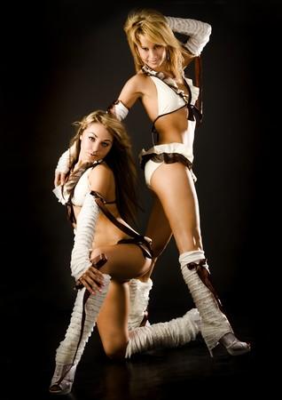 dos bailar�n hermosa chica en trajes blancos sobre fondo negro