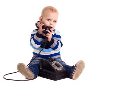 padres hablando con hijos: El ni�o habla por tel�fono vintage