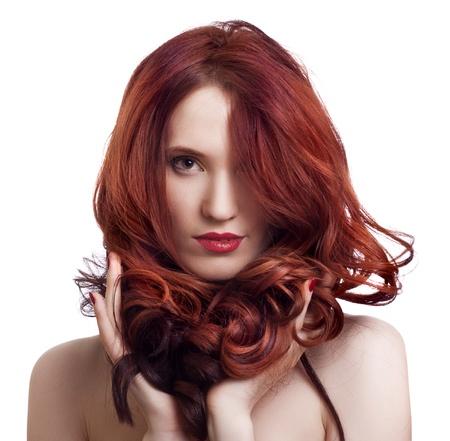 Retrato de una joven y bella mujer con maquillaje brillante