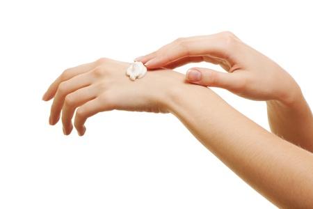 chica de belleza aplicar algunos loci�n blanco de su mano