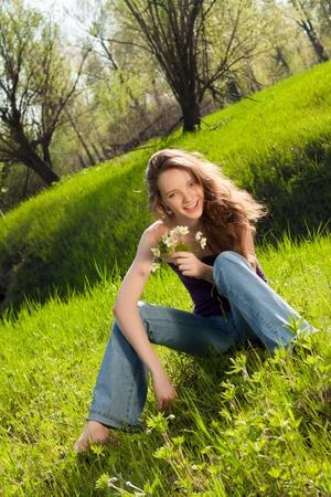 Красивая девушка с букетом в лесу