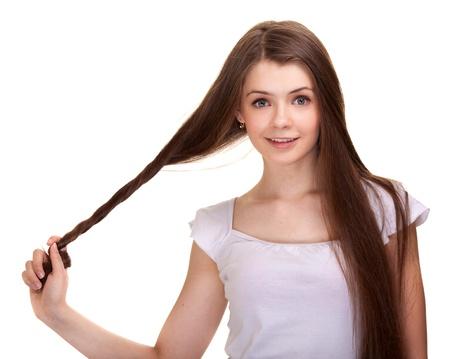 Retrato de una hermosa chica adolescente con pelos largos y piel limpia del rostro - aislado en blanco