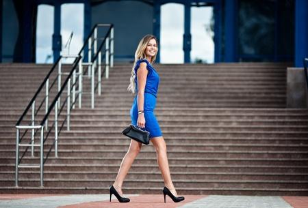 caminando: Mujer de negocios caminando por la calle Foto de archivo
