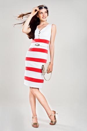 poses de modelos: Hermosa mujer cauc�sica sexy vestido elegante. Estudio de tiro  Foto de archivo