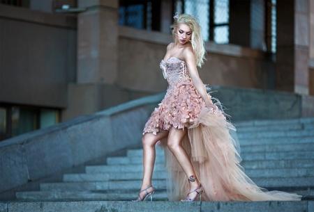 Mujer rubia hermosa en el vestido de boda de lujo