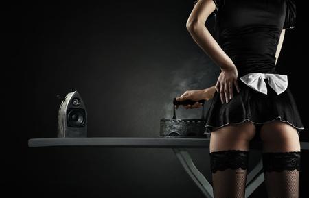erotici: Vintage cameriera sexy con il ferro diffusori audio su sfondo nero