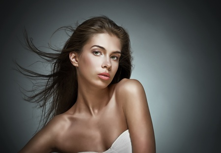 f�minit�: Belle femme avec les cheveux flottant. Sur fond sombre. Banque d'images