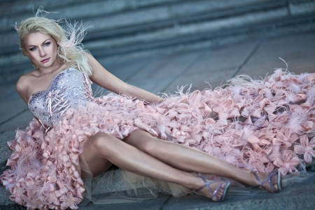 Hermosa mujer rubia de lujo en el vestido de novia Foto de archivo