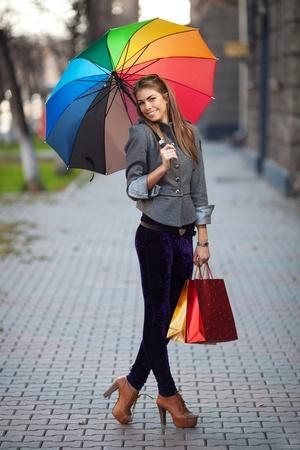 Una mujer de compras con bolsas de compras al aire libre Foto de archivo