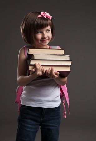 mochila escolar: Retrato de una niña linda de ir a la escuela