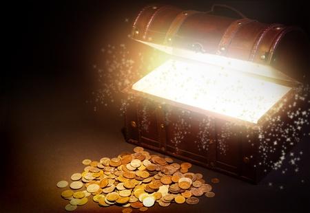 cofre del tesoro: Viejo cofre del tesoro de madera con luz fuerte desde el interior. Foto de archivo