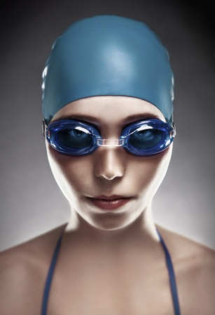 nadador: Stylish portrait of a young woman in goggles and swimming cap  Imagens