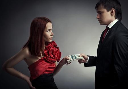 Giovani coppie eleganti e denaro