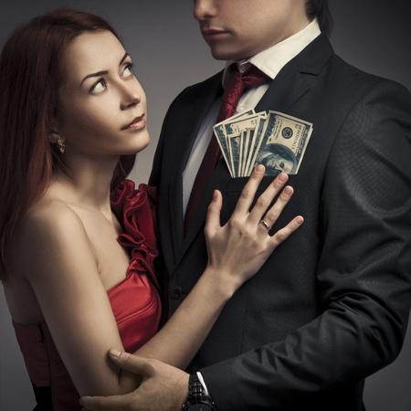 Parejas j�venes con estilo y el dinero