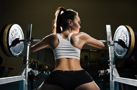 levantamiento de pesas: Deportivo mujer sexy en el gimnasio