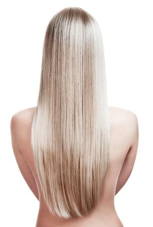 cabello lacio: retrato de una bella joven rubia con el pelo maravilloso