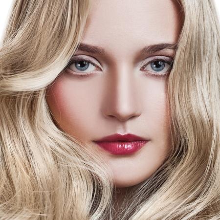 modelo desnuda: Chica rubia hermosa. Saludable pelo largo y rizado.