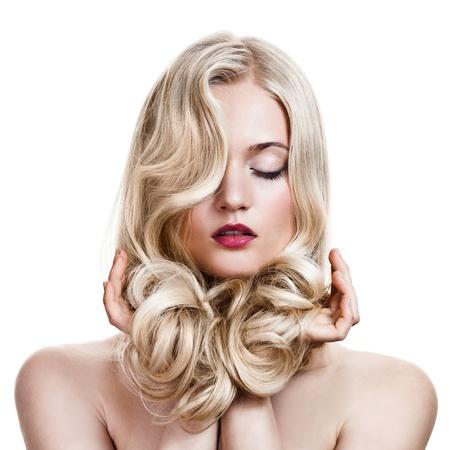 Krásná blondýnka. Zdravé Dlouhé kudrnaté vlasy. photo