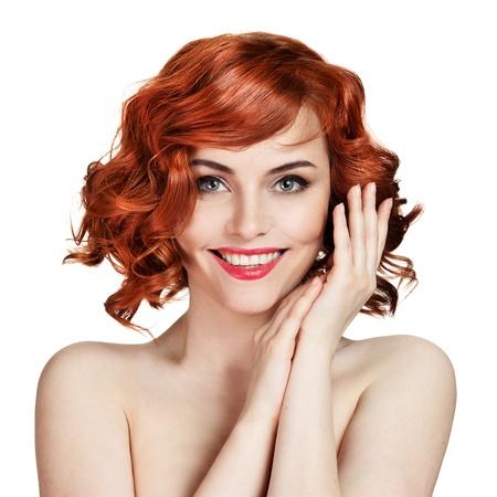 Mooie glimlachende vrouw portret op een witte achtergrond