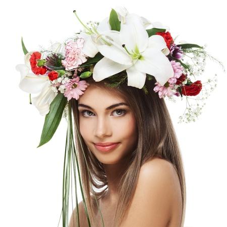 Bella mujer con corona de flores