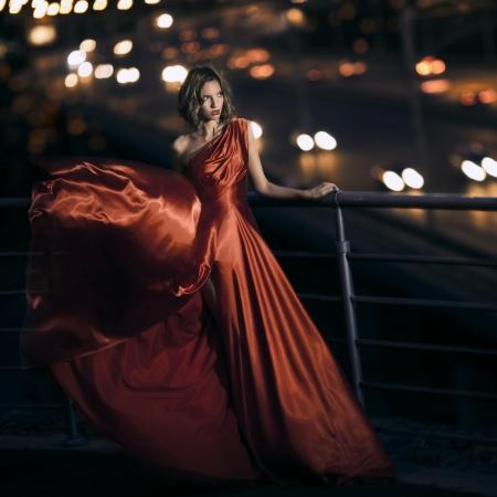 sch�ne frauen: Sexy junge Sch�nheit Frau in flatternden roten Kleid