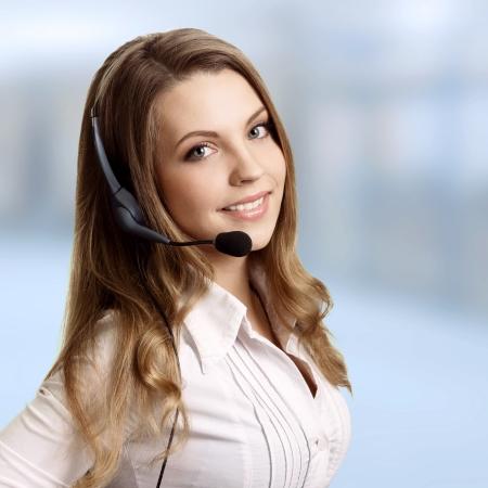 Hermosa mujer joven alegre riendo y auriculares con micr�fono