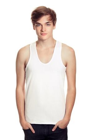 hombre joven en una camiseta blanca aislada en blanco