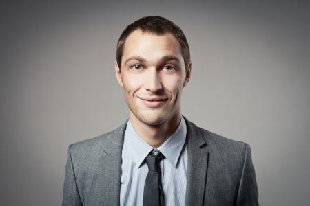 Retrato de hombre de negocios fresco sobre fondo gris