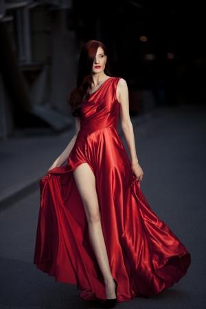 Mujer joven belleza exterior famoso en vestido rojo Foto de archivo