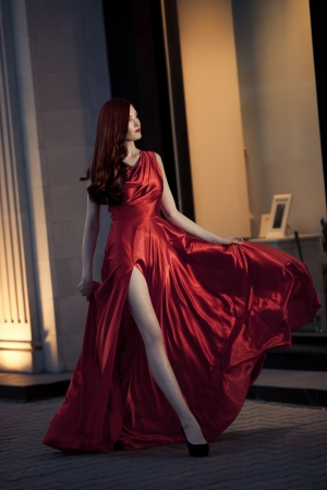 Jeune Femme De Beaut� En plein air c�l�bre robe rouge photo