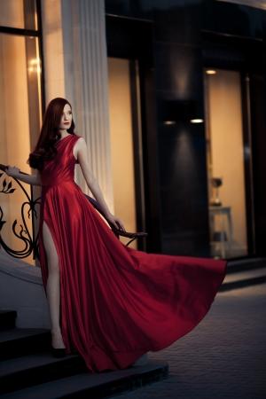 divas: Mujer joven belleza exterior famoso en vestido rojo Foto de archivo