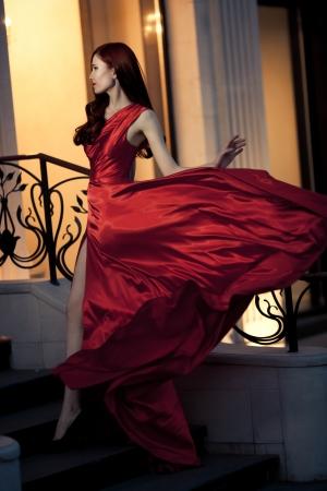 유명한: 빨간 드레스 야외에서 젊은 아름다움 유명한 여성