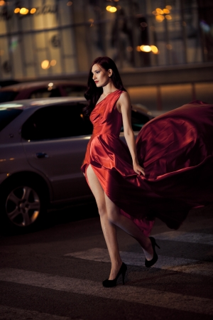 Femme Sexy Beauty En Fluttering Red Dress - Tir de mouvement photo