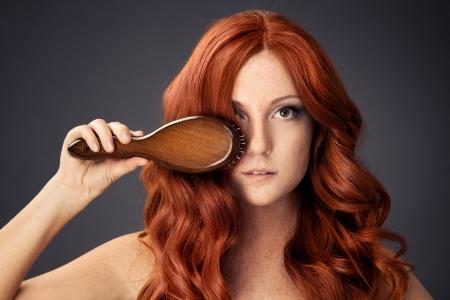 peine: imagen brillante de hermosa mujer con peine Foto de archivo