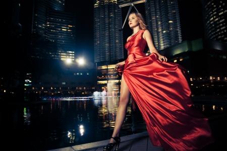 divas: Dama de la moda en el vestido de rojo y luces de la ciudad
