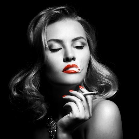 jolie fille: Portrait rétro de belle femme avec cigarette