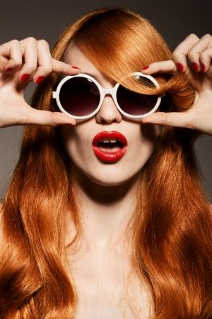 Beautiful woman with bright make-up and sunglasses 版權商用圖片