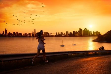 atleta corriendo: Mujer joven que se ejecuta en la puesta del sol
