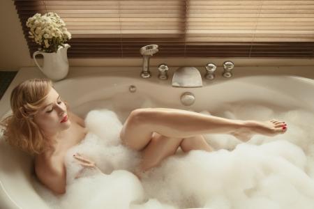 femme baignoire: Portrait de belle femme �l�gante se d�tendre dans un bain � remous Banque d'images