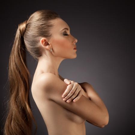 visage femme profil: Beau portrait de femme. Cheveux longs Brown Banque d'images