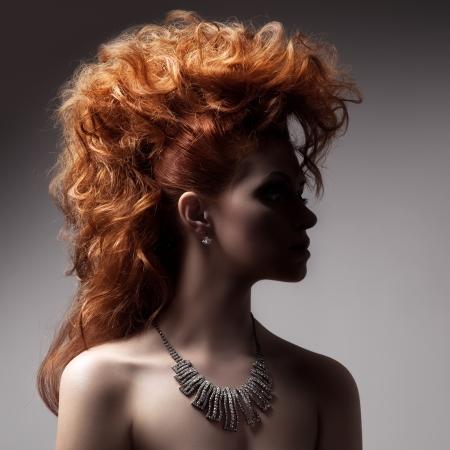 pelo rojo: Moda Retrato de la mujer de lujo con joyer�a. Foto de archivo