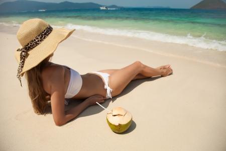 cocotier: Jeune femme de détente à la plage tropicale